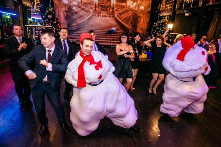 Зажигательные танцы на корпоративе двух снеговиков