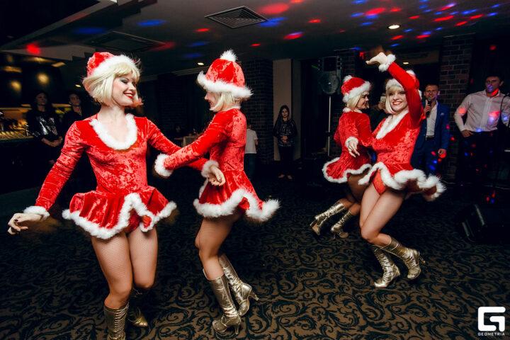 Красотки снегурки в коротких платьицах зажигательно танцуют