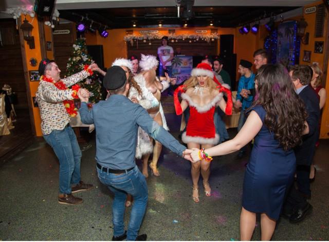 На Новогодний корпоратив пригласили двух стрептизерш снегурочек