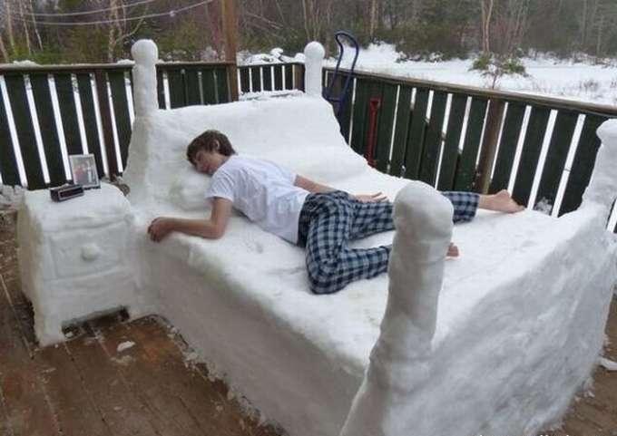 Делать на даче не чего, поэтому сделали кровать из снега. 1 января она ох как актуальна.