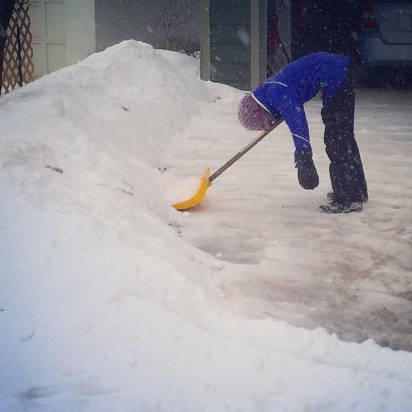 С похмелья снег совсем не чиститься.