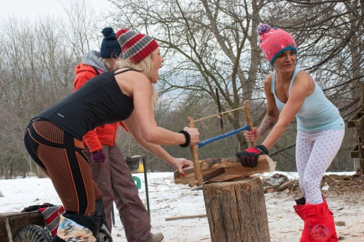 Пилить дрова на Новый год нелегкая и очень жаркая работа.
