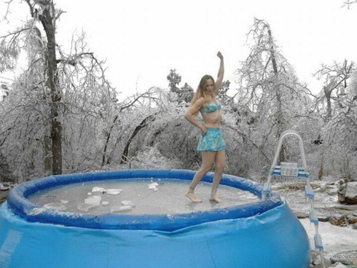 Девушка в одном купальнике на даче устроила фигурное катание босиком