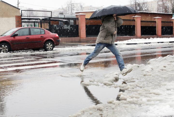 В некоторых городах на Новый год идет дождь.