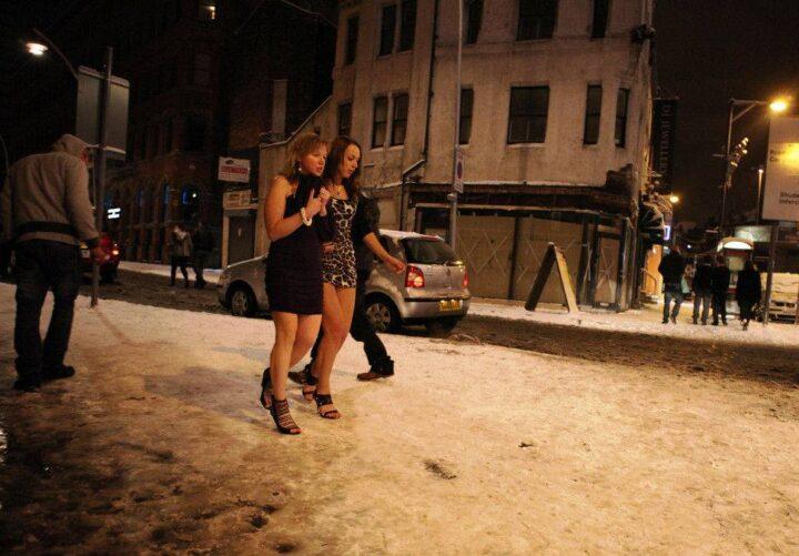 Не важно что на улице зима, главное в Новогоднюю ночь выглядеть красиво.