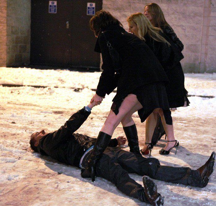 Красивые девчонки пытаются поднять пьяного парня, и успеть на Новогодний вечер