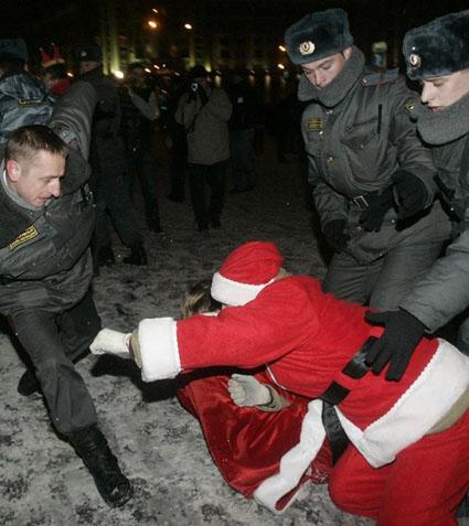 Пьяный Дед мороз целится в пах полицейскому.