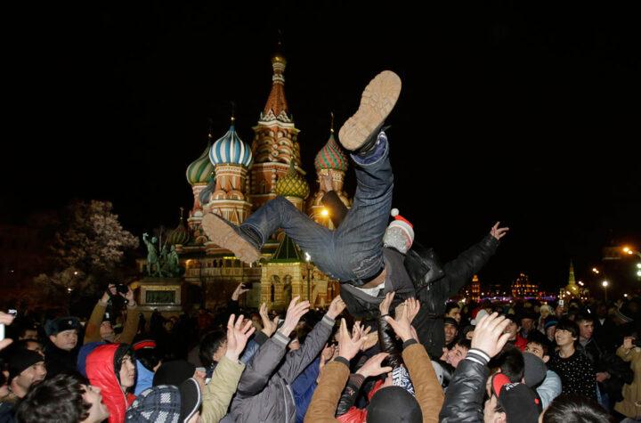 В новогоднюю ночь на Красной площади подбрасывают человека, главное чтоб его не забыли поймать.