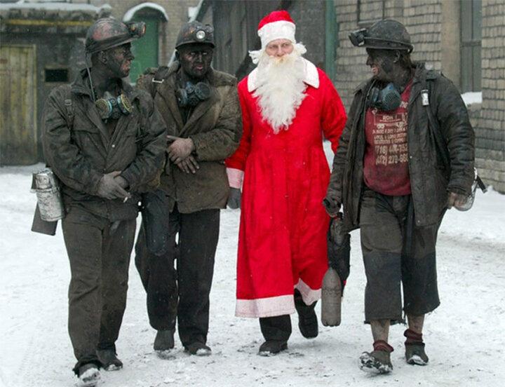 Шахтеры очень рады что пришел к ним Дед Мороз.