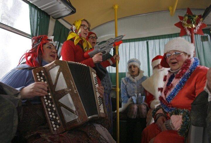 Веселые женщины едут по селу с гастролями