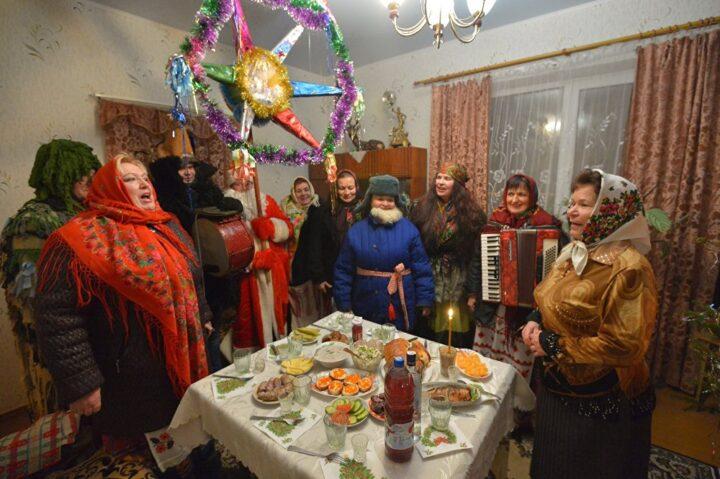 Из подручных материалов делают костюмы, и поздравляют с Новым годом сельчан