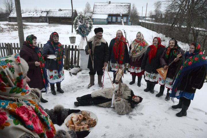 Люди не обычно в селе празднуют новогодние праздники