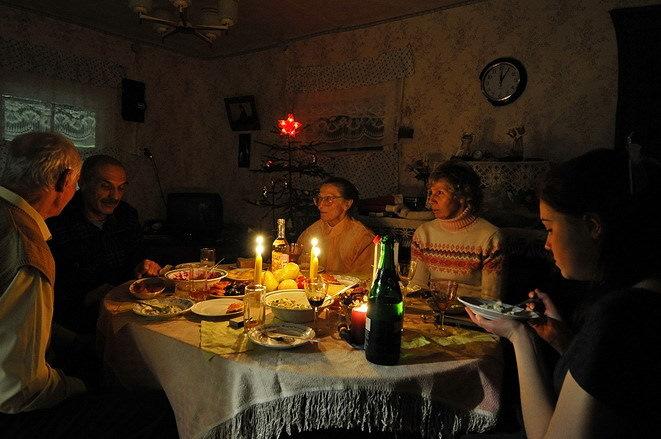 Веселые посиделки в деревне при свечах в Новогоднюю ночь.