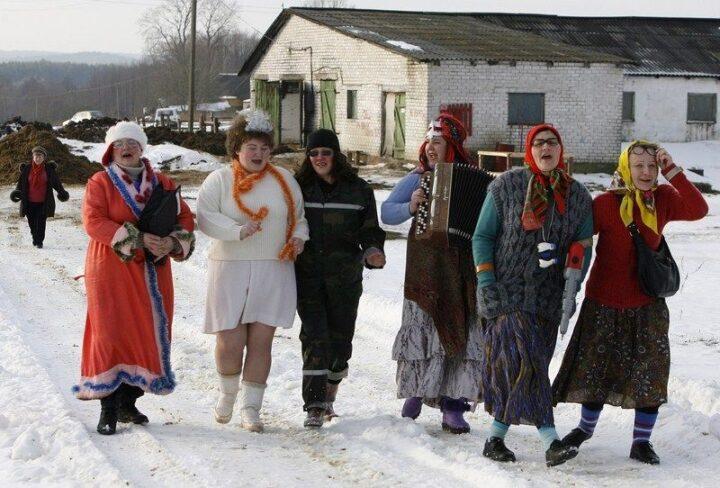 Веселые женщины на ферме отмечают Новый год