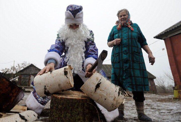 Дед Мороз в деревне не подарки дарит, а колит дрова