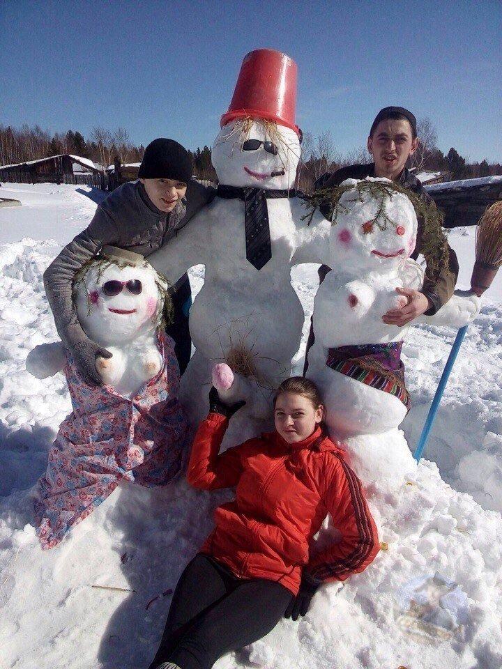 Озабоченные подростки делают из снега странных снеговиков