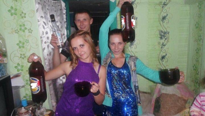Нарядная и веселая молодежь отмечает Новый год в деревне