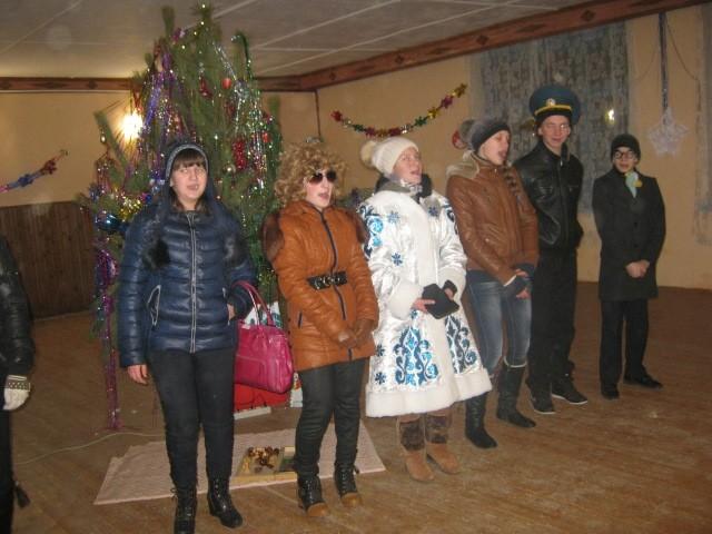 Весело проходит новый год в деревенском клубе