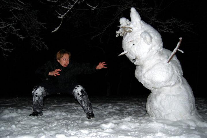 Деревенский Рембо сражается с снеговиком
