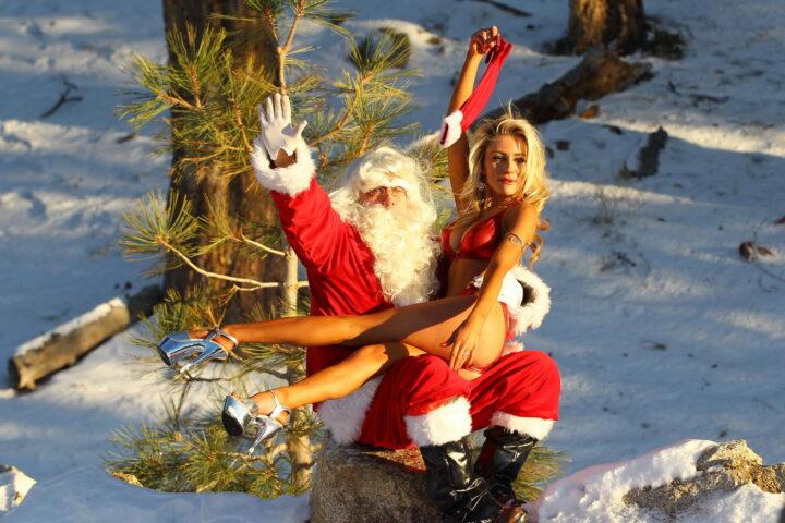 Снегурочке голой не холодно на коленях у Деда Мороза.