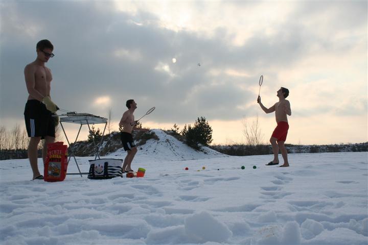 Не важно что на пляже снег лежит. Это не помеха для игры в теннис.