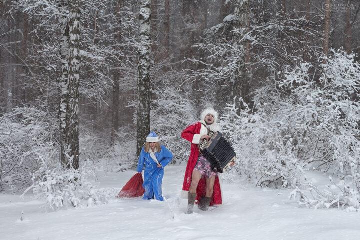 Из лесу вышел веселый дед мороз в трусах, и Снегурочка тащит мешок с подарками.