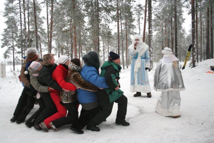 Веселые новогодние игры устроил Дед Мороз со Снегурочкой