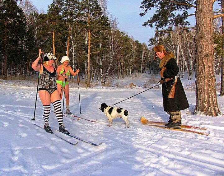 Кого только не встретишь в зимнем лесу, даже женщин в купальниках на лыжах