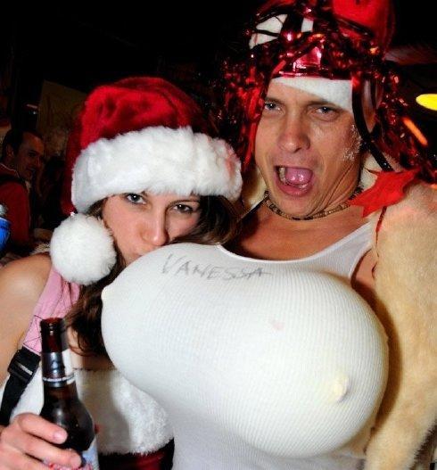 Отлично отрываются в баре на Новый год Ванесса с большими сиськами и ее подруга.