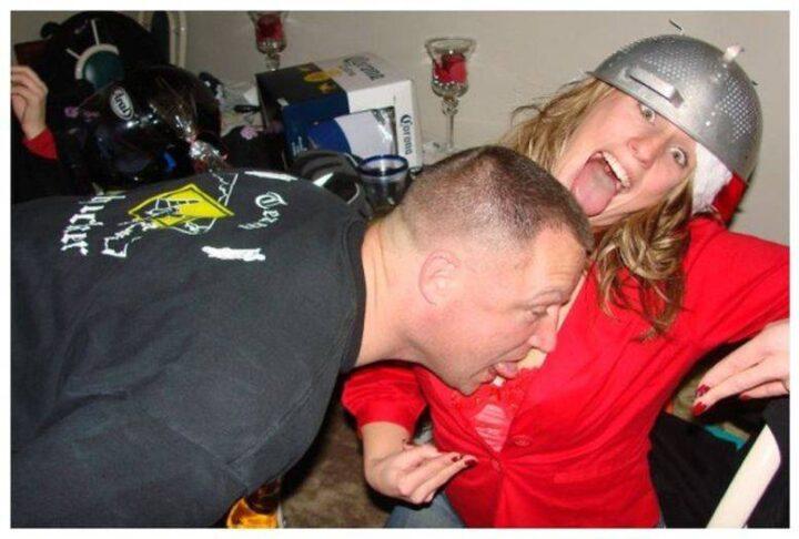 Пьяный мужчина у девушки Санты слизывает с груди шампанское.