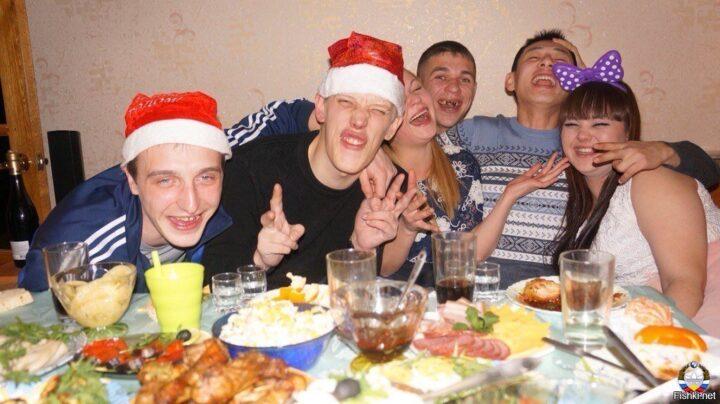 Пьяная молодежь отмечает весело Новый год.