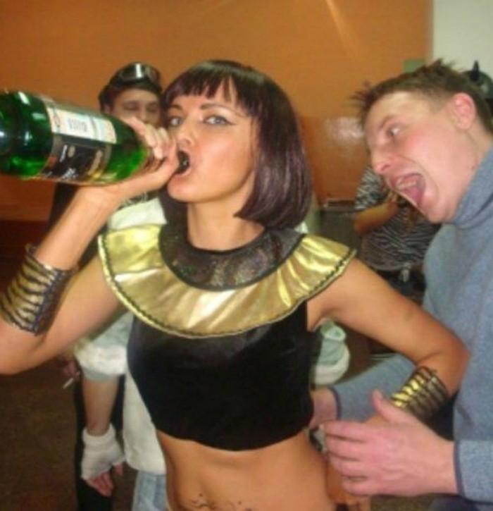 Пока девушка пьет шампанское с горла, на заднем фоне парень не понятно что хочет сделать.