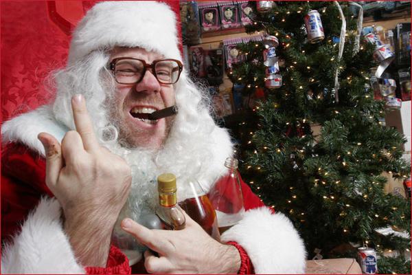 Плохой Санта показал факи курит сигару.