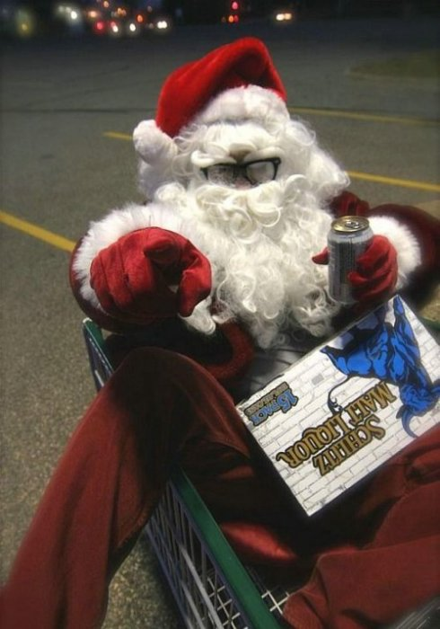 Пьяный Дед Мороз с пивом катается в тележке.