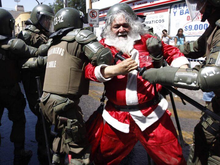 В Мексике полиция задержала пьяного Санту.