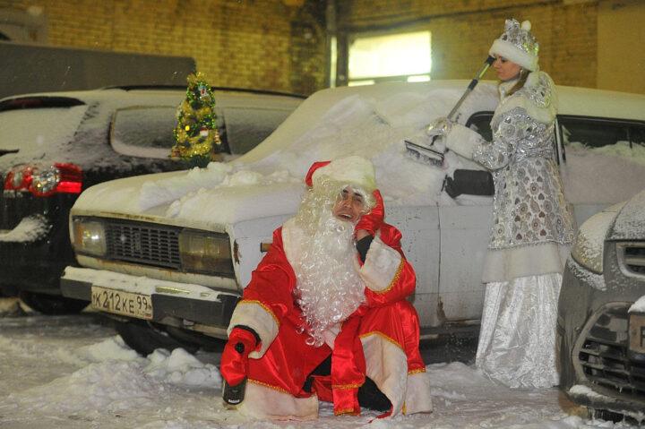 Пока Снегурочка чистит автомобиль, Дед Мороз пьет шампанское.
