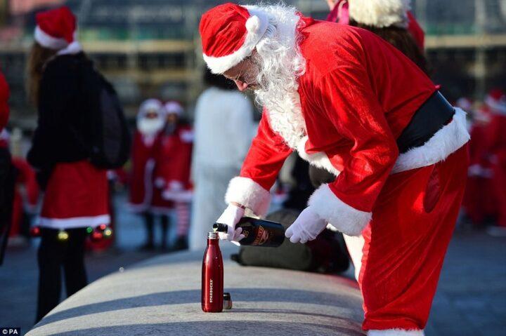 Санта на улице готовиться к тяжелой ночи.