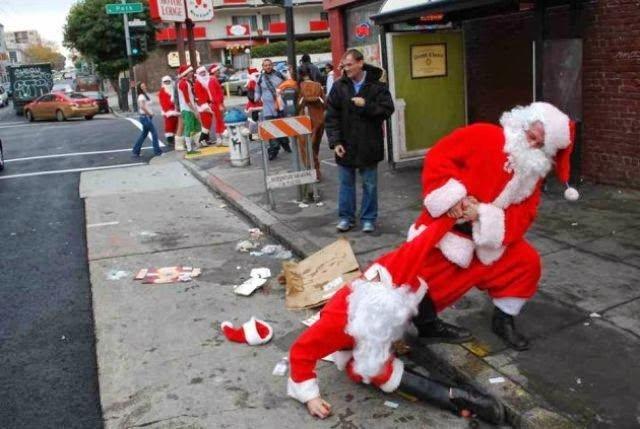 Санта тянет пьяного Санту с улицы домой.