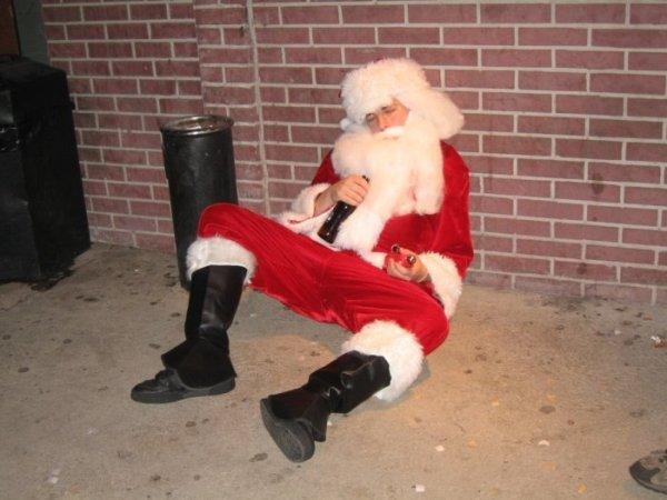 Санта очень устал чтобы встать с земли.