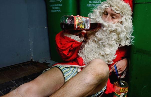 Дед Мороз в трусах сидит возле мусорных баков пьет винишко и ест собачьи консервы.