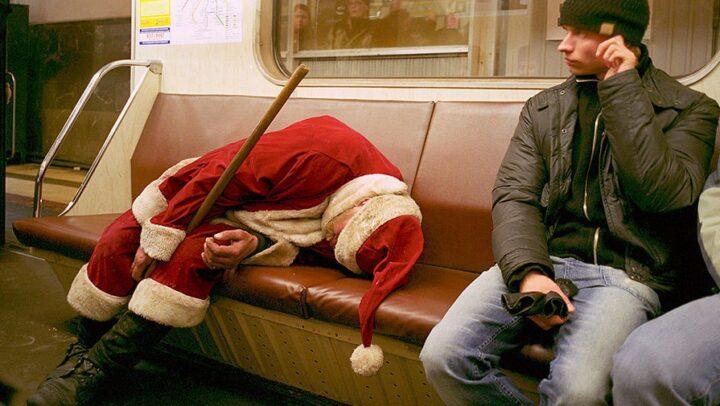 Пьяный и уставший Дед Мороз спит в вагоне метро.