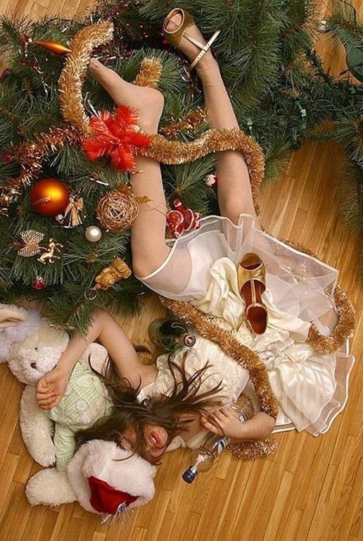 Пьяная девушка упала и повалила елку.
