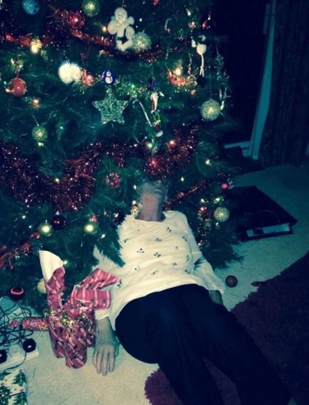 Бабуля устала от праздника и уснула под елкой.