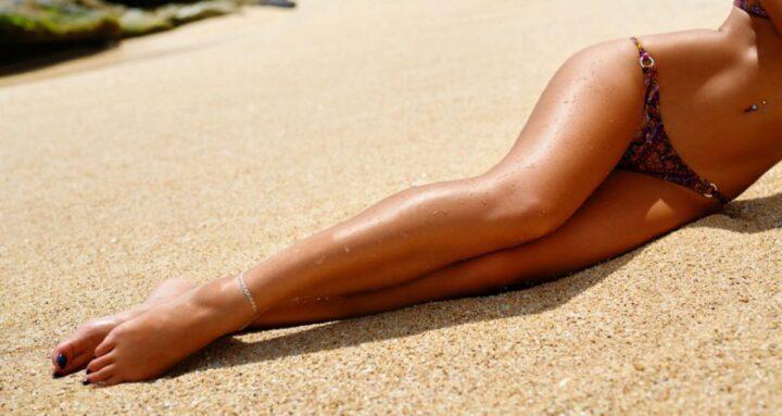 У девушки очень красивые загорелые длинные ноги.