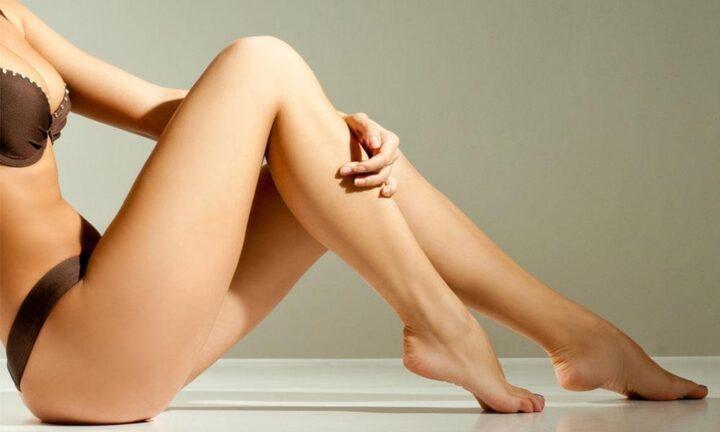 У девушки очень красивые и стройные ножки.