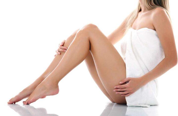 Девушка в полотенце с красивыми стройными ножками.
