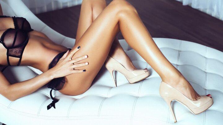 У девушки красивые ножки в бежевых туфлях.