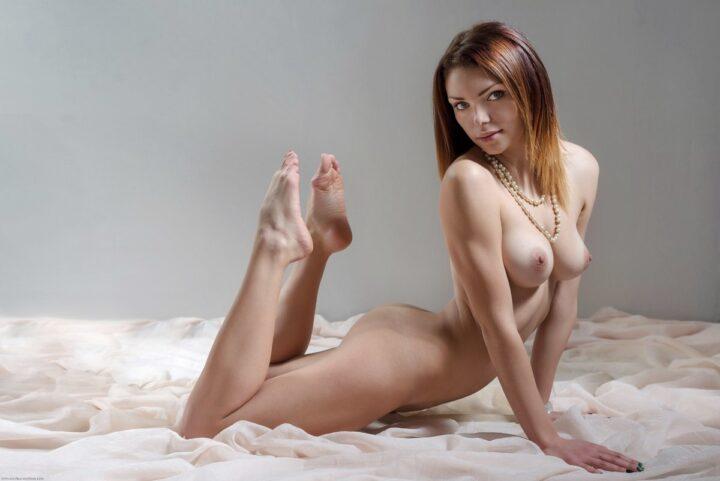Стройная красивая девушка голая с красивыми ногами.
